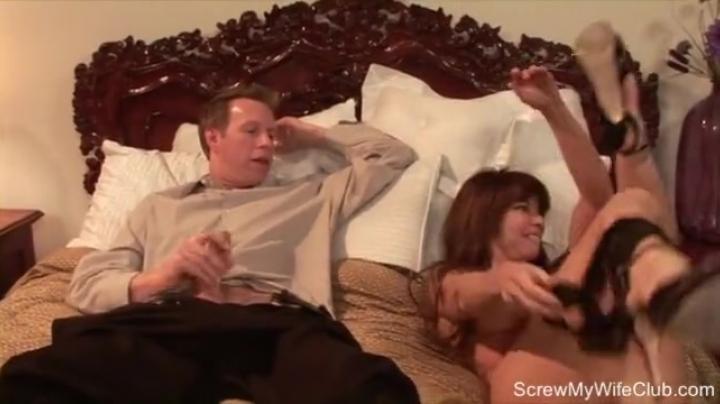 Пошлый муж смотрит, как другой мужик трахает его жену